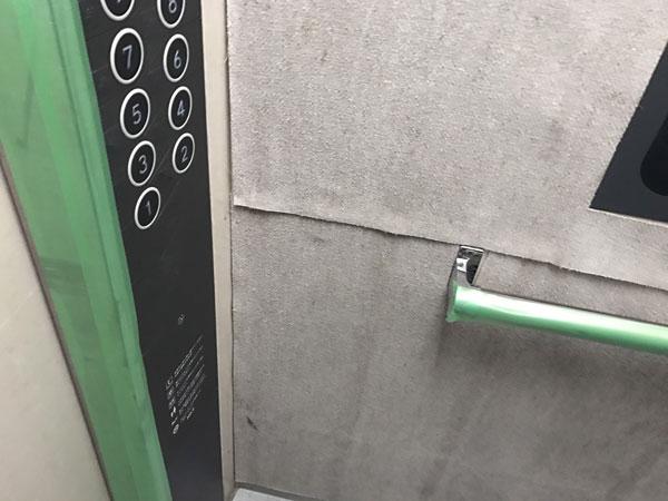 明石市大久保町大久保町で不用品の回収をしました。エレベーターの養生をきっちりしています。